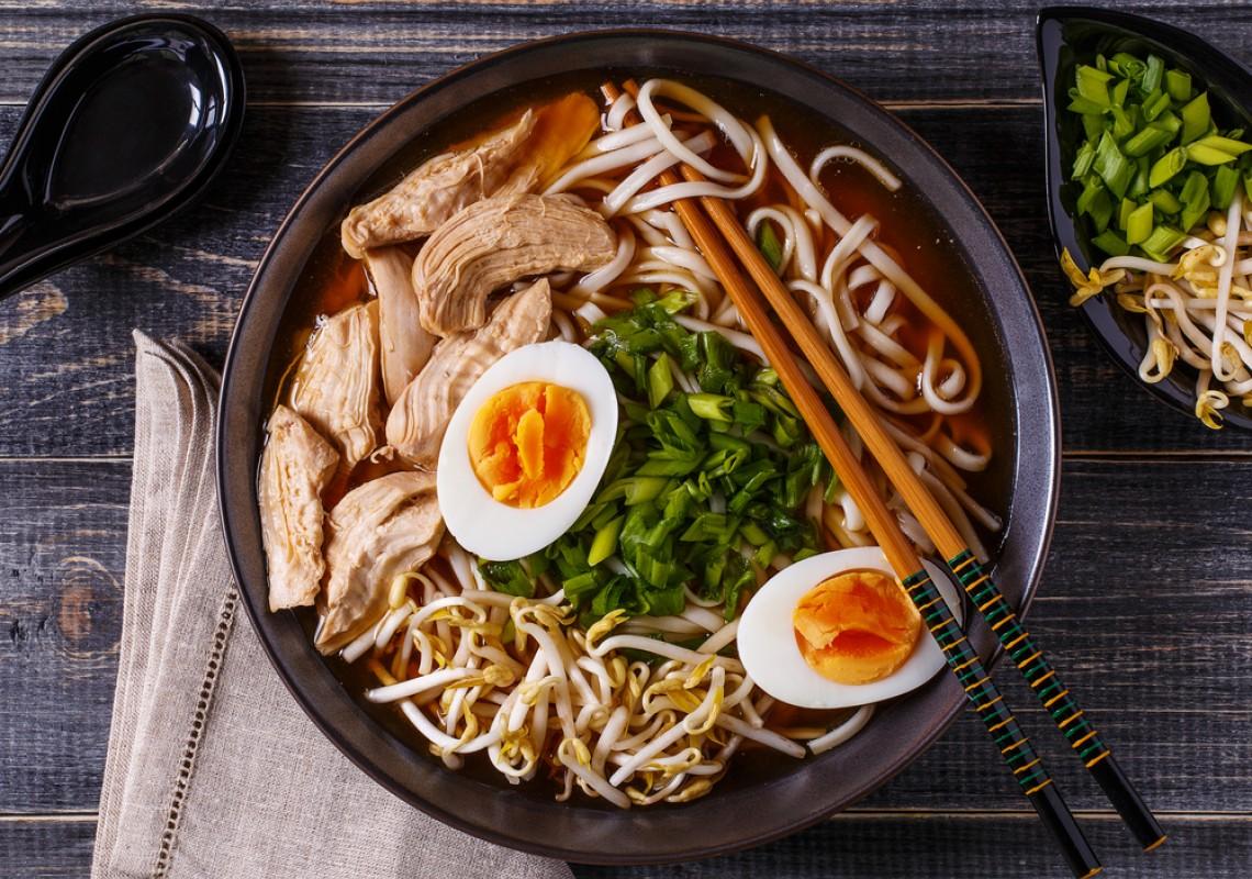 Soupe de ramen avec du poulet et pousse de soja frais